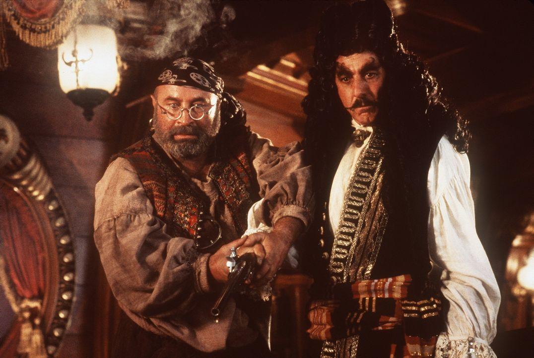 Der kauzige Smee (Bob Hoskins, l.) und sein Herr, der mächtige Captain Hook (Dustin Hoffman, r.), warten seit vielen Jahren auf die Rückkehr Peter... - Bildquelle: Copyright   1991 TriStar Pictures, Inc. All Rights Reserved.