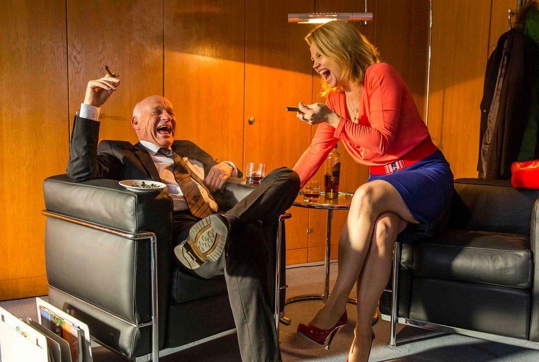 Der Generalstaatsanwalt Röpke (Dietrich Hollinderbäumer, l.) erfährt, dass August bei der Schlichtung eines Streites zwischen Biggi und Danni (Annet... - Bildquelle: Frank Dicks SAT.1