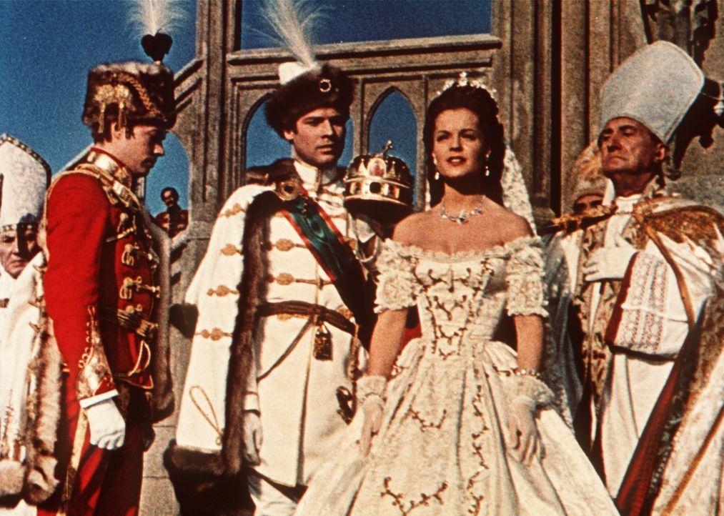 Mit großem Zeremoniell wird Sissi (Romy Schneider, 2.v.r.) zur Königin von Ungarn gekrönt ... - Bildquelle: Herzog-Filmverleih