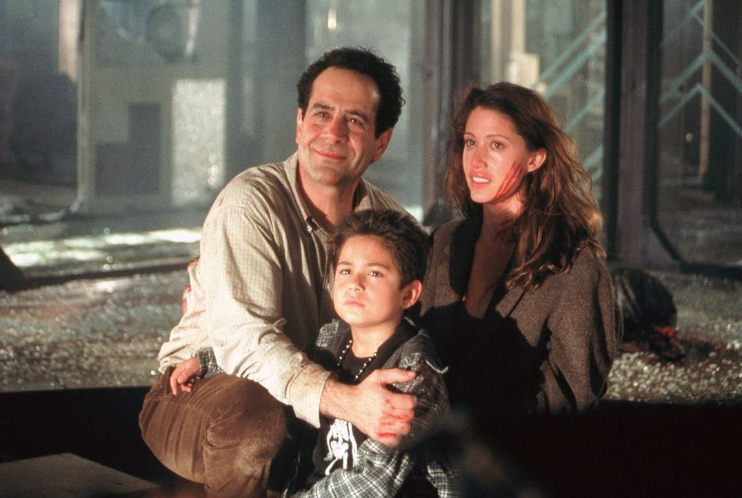 Bei einem entsetzlichen Feuer verlieren Arthur Kriticos (Tony Shalhoub, l.) und seine Kinder Kathy (Shannon Elizabeth, r.) und Bobby (Alec Roberts,... - Bildquelle: 2003 Sony Pictures Television International. All Rights Reserved.