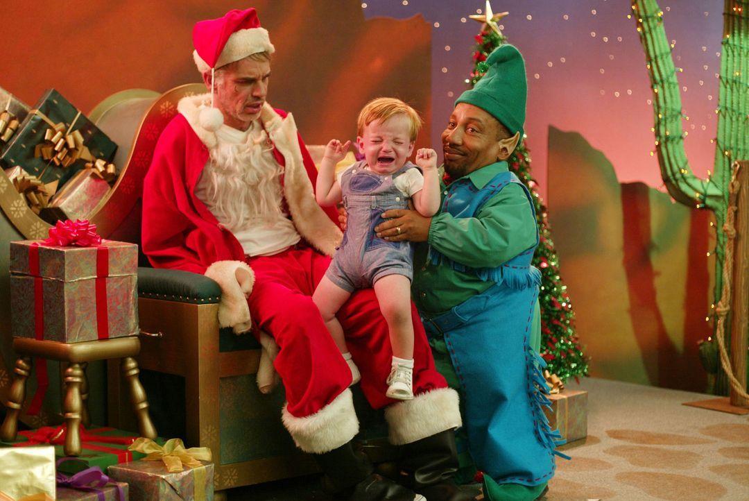 Eigentlich ist Willi T.Stokes  (Billy Bob Thornton, l.) nur Kaufhaus-Weihnachtsmann, um mit seinem kleinwüchsigen Freund Marcus (Tony, Cox, r.) am E... - Bildquelle: 2006 Sony Pictures Television International.