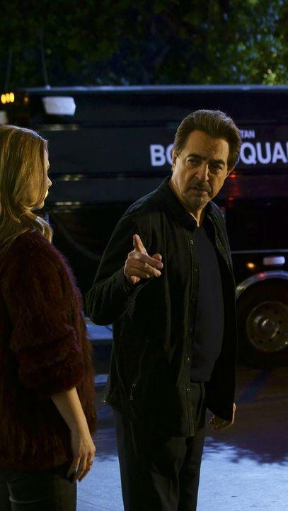 """Versuchen, das Verbrechersyndikat """"Dirty Dozen"""" dingfest zu machen: JJ (AJ Cook, l.), Rossi (Joe Mantegna, r.) und das restliche BAU-Team ... - Bildquelle: Monty Brinton ABC Studios"""