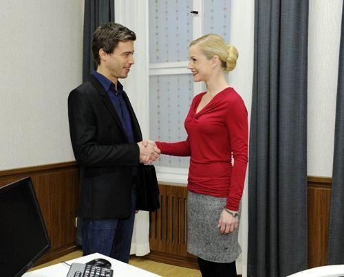 Versichern sich einer guten und interessanten Zusammenarbeit: Julian und Helena. - Bildquelle: Christoph Assmann - Sat1
