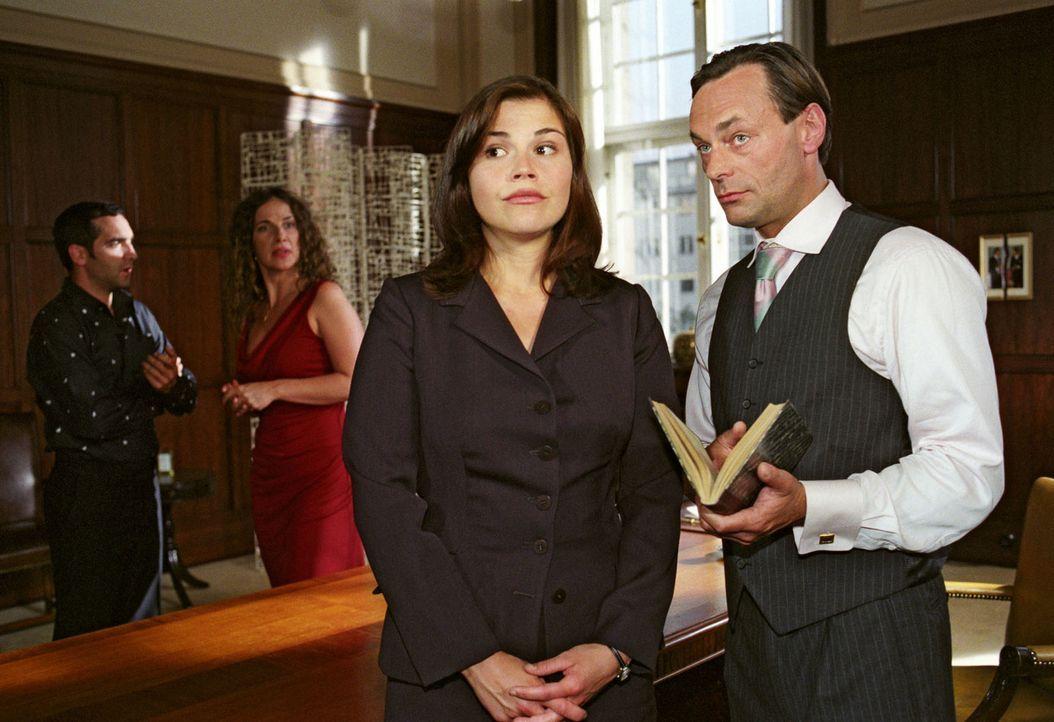 Da staunt der Chef (Peter Benedict, r.) nicht schlecht: Scheidungsanwältin Pia (Katharina Wackernagel, 2.v.r.) legt seit ihrer romantischen Hochzeit... - Bildquelle: Sat.1