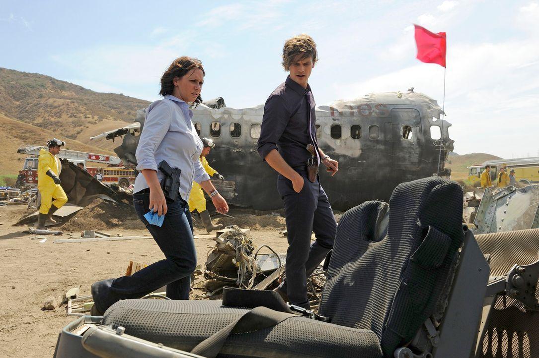 Müssen herausfinden, wie es zu dem Flugzeugabsturz in Colorado kommen konnte: Reid (Matthew Gray Gubler, r.) und Kate (Jennifer Love Hewitt, l.) ... - Bildquelle: Colleen Hayes ABC Studios
