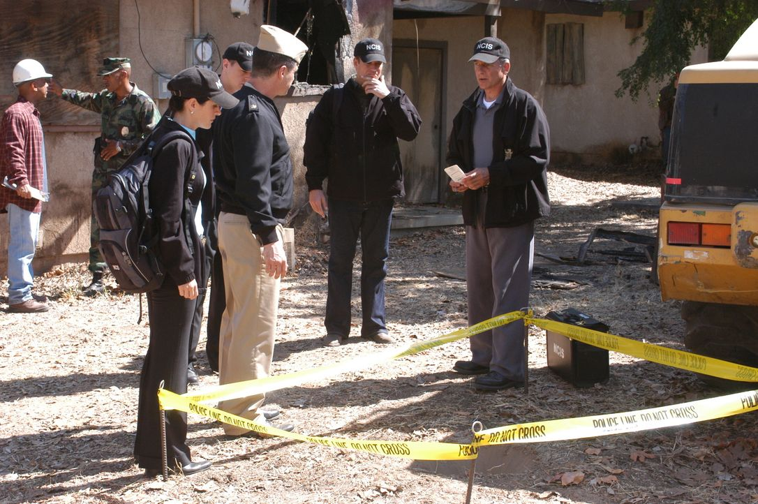 Eine mumifizierte Leiche in einem Hochzeitskleid wird bei Bauarbeiten gefunden. Das NCIS Team, allen voran Gibbs (Mark Harmon, r.), heften sich an d... - Bildquelle: CBS Television