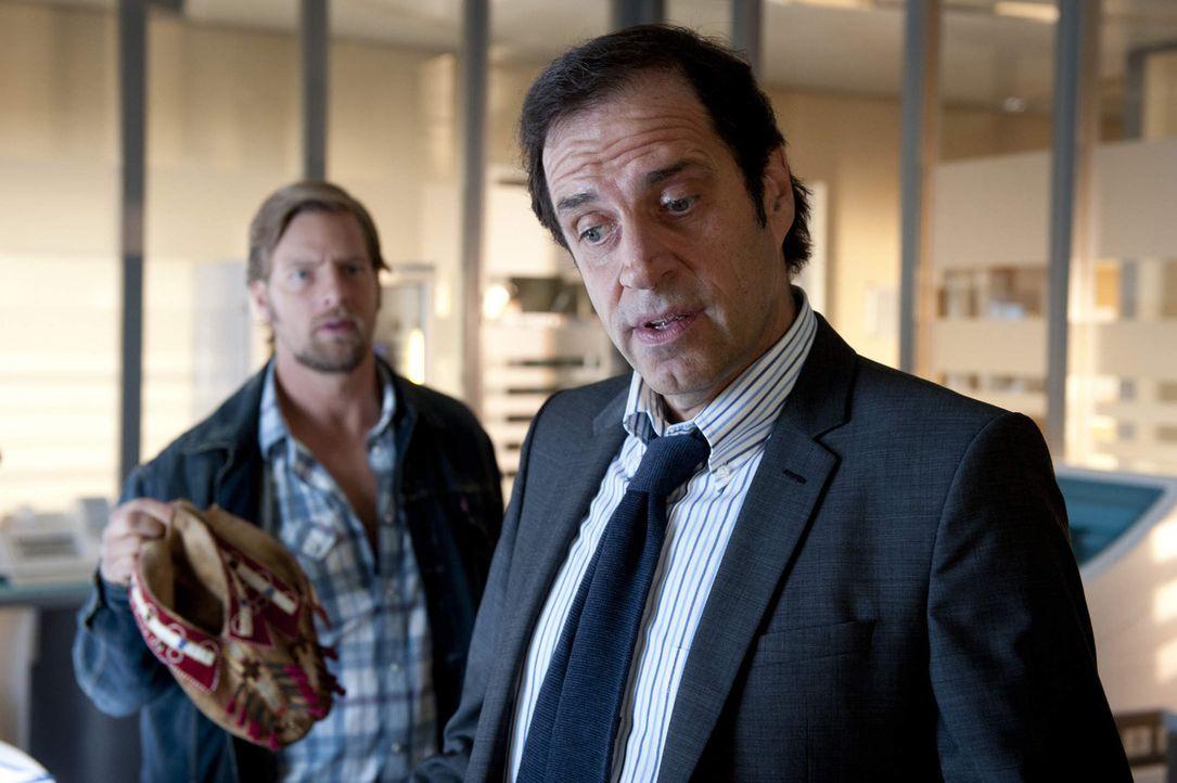 Nach seiner handfesten Auseinandersetzung mit Meisner rückt Mick (Henning Baum, l.) mal wieder mit seinem Chef Martin Ferchert (Helmfried von Lütt... - Bildquelle: SAT.1