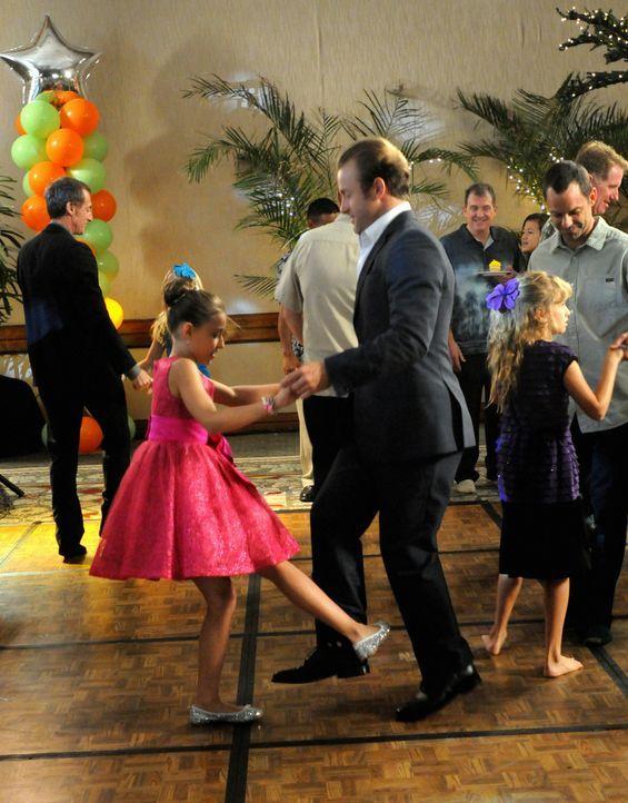 Nach einem erfolgreich beendetem Fall, geht Danny (Scott Caan, r.) mit Grace (Teilor Grubbs, l.)  auf den Vater-Tochter-Tanzabend  ... - Bildquelle: 2012 CBS Broadcasting, Inc. All Rights Reserved.