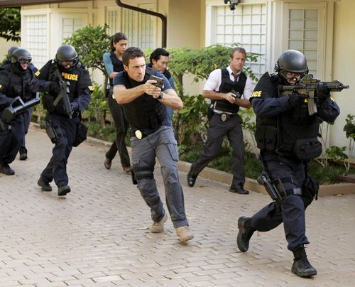 Stürmen Wo Fats Haus - nur um in eine Bombenfalle hineinzulaufen: Steve (Alex O'Loughlin, 4.v.r.), Danny (Scott Caan, 2.v.r.), Chin (Daniel Dae Kim... - Bildquelle: CBS Studios