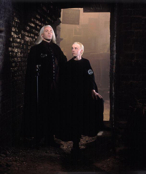 Für Lucius Malfoy (Jason Isaacs, l.) und seinen Sohn, Harrys Lieblings-Erzfeind Draco (Tom Felton, r.), laufen die Dinge nicht so, wie geplant ... - Bildquelle: Warner Bros. Pictures