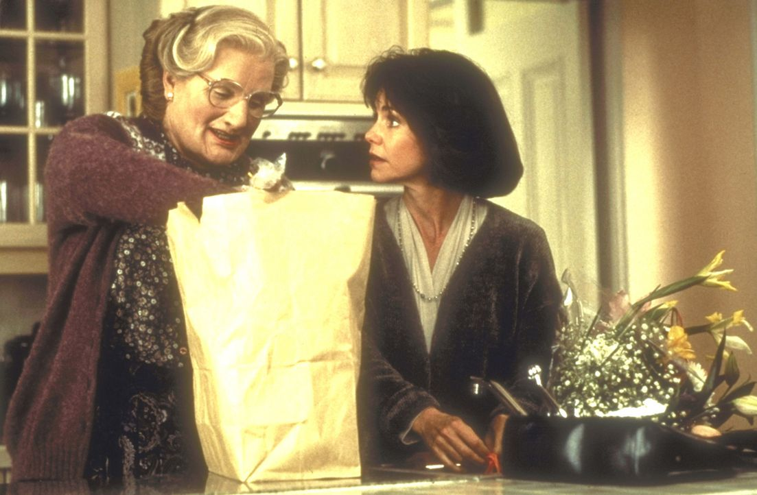Der Traum einer jeden berufstätigen Mutter (Sally Field, r.) wird wahr: Mrs. Doubtfire (Robin Williams, l.) ... - Bildquelle: 20th Century Fox