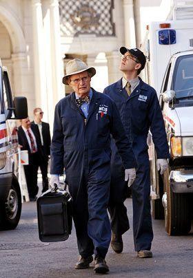 Sind natürlich auch dabei und untersuchen den Tod der Wissenschaftlerin Lt. Thorson: Jimmy (Brian Dietzen, r.) und Ducky (David McCallum, l.). - Bildquelle: CBS Television