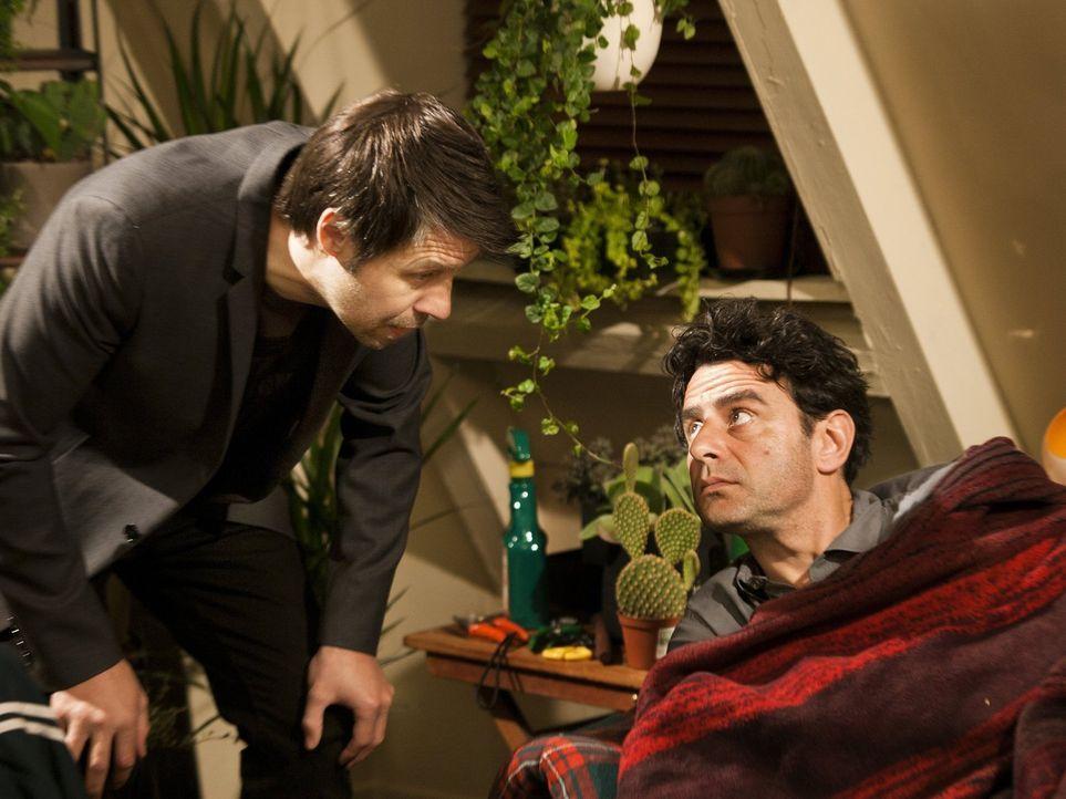 Als Francois Greta einen fatalen Ratschlag gibt, sind Paolo (Vincenzo Amato, r.) und Derek (Paddy Considine, l.) in ernsthaften Problemen ... - Bildquelle: Warner Bros.