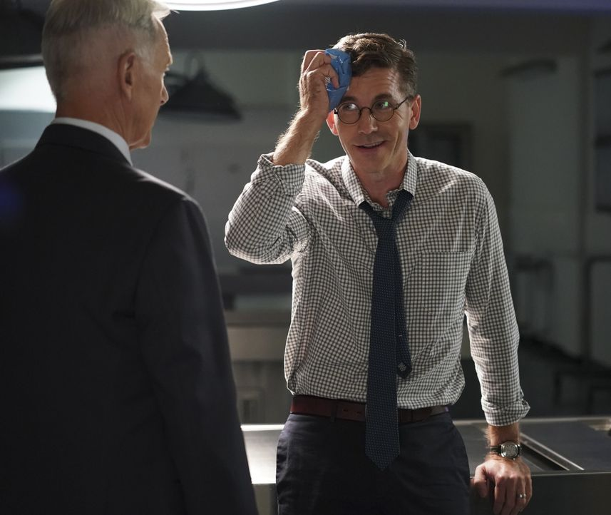 Leroy Jethro Gibbs (Mark Harmon, l.); Jimmy Palmer (Brian Dietzen, r.) - Bildquelle: Michael Yarish 2019 CBS Broadcasting, Inc. All Rights Reserved. / Michael Yarish