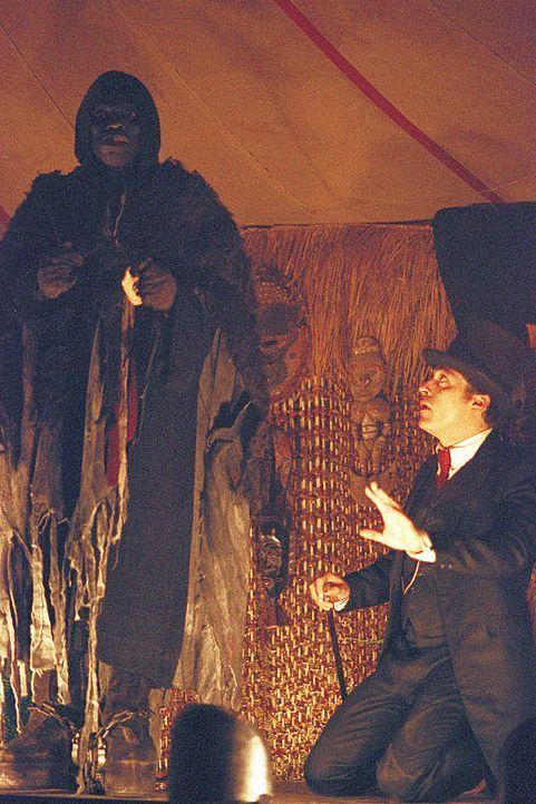 Seit Jahren verdient Angus (Rufus Sewell, r.) seinen Lebensunterhalt damit, dass er von Kirmes zu Kirmes reist und dort diverse Kuriositäten präse... - Bildquelle: 2004 Sony Pictures Television International. All Rights Reserved.