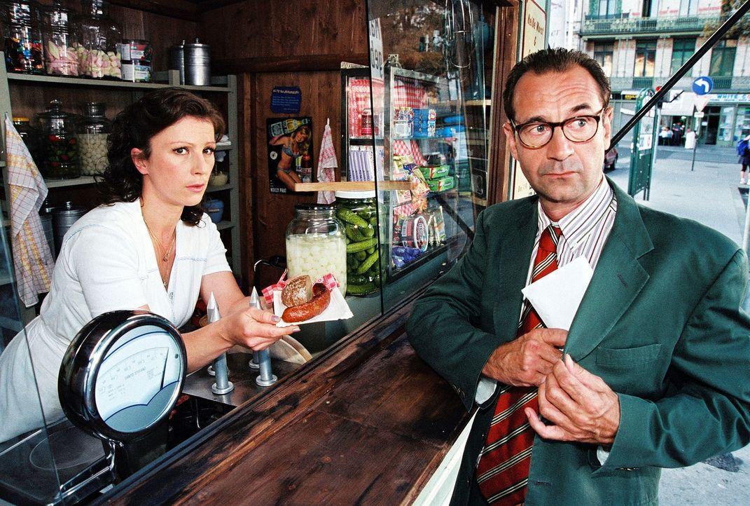 Stecken Elli (Bettina Redlich, l.) und Rechtsanwalt Dr. Wagner (Dietrich Siegl, r.) unter einer Decke? - Bildquelle: Sat.1