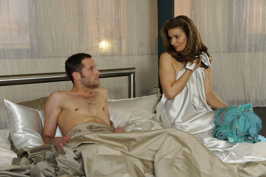 Natascha (Franziska Matthus, r.) wirft sich in einer emotionalen Verwirrung Hals über Kopf in die Arme Davids (Lee Rychter, l.). Aber das schlechte... - Bildquelle: SAT.1