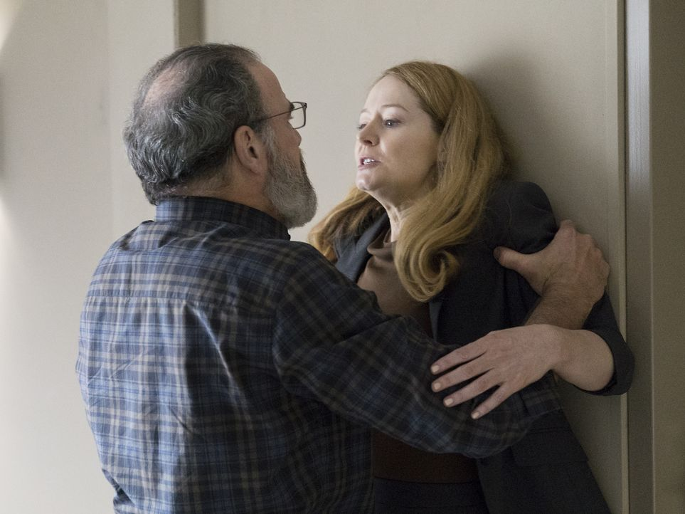 Allison (Miranda Otto, r.) wehrt sich gegen die Vorwürfe, sie sei eine Doppelagentin, doch Saul (Mandy Patinkin, l.) glaubt ihr nicht, während Quinn... - Bildquelle: Stephan Rabold 2015 Showtime Networks, Inc., a CBS Company. All rights reserved.