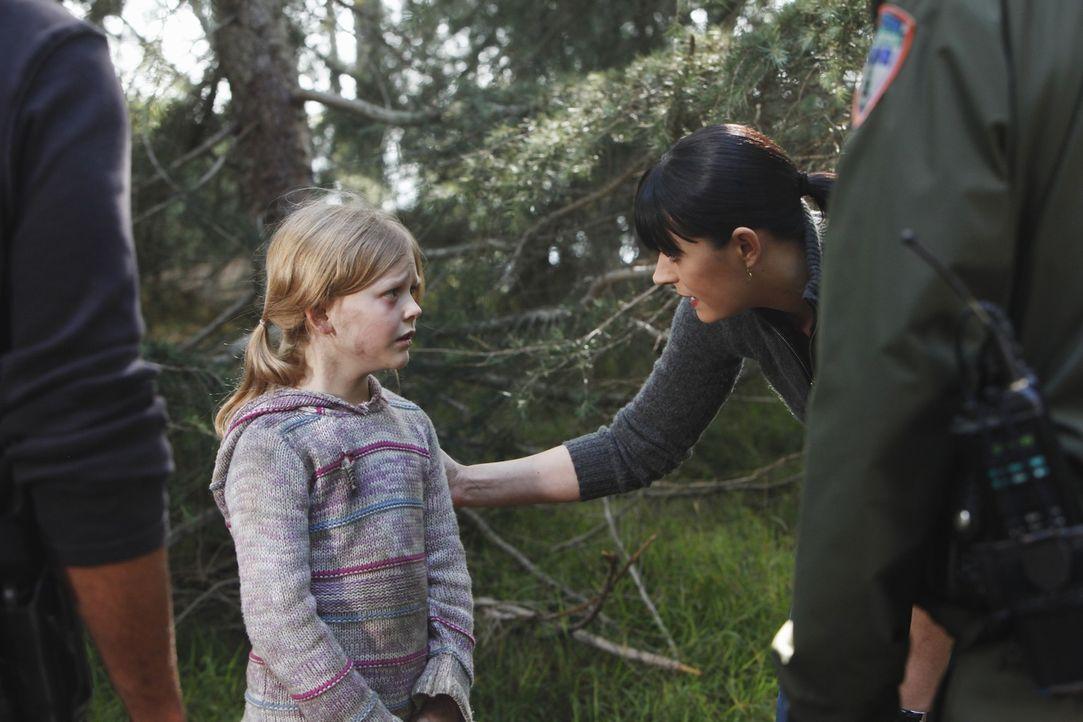Die kleine Ana (Emily Alyn Lind, l.) konnte ihrem Entführer entkommen, doch ihr Bruder ist noch in dessen Fängen. Können Prentiss (Paget Brewster, r... - Bildquelle: ABC Studios