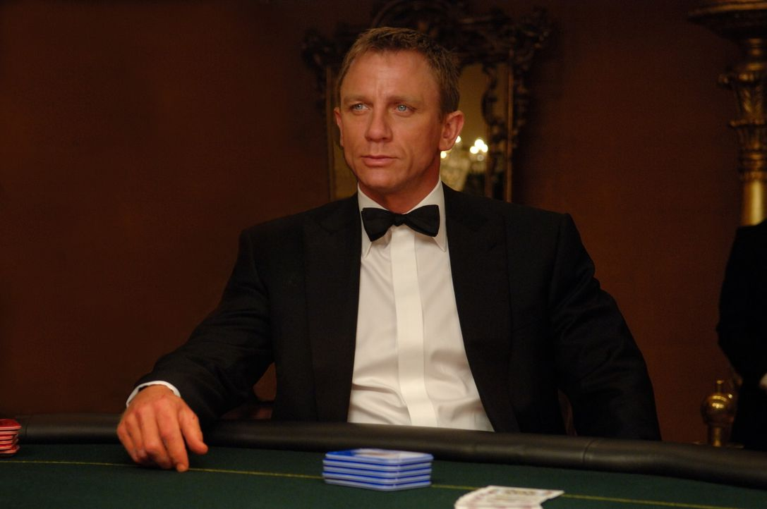James Bond (Daniel Craig) erster Auftrag als 007 führt ihn auf die Spur von Le Chiffre, der als Vermögensverwalter im internationalen Terrorismus mi... - Bildquelle: 2006 DANJAQ, LLC, UNITED ARTISTS CORPORATION AND COLUMBIA PICTURES INDUSTRIES, INC. ALL RIGHTS RESERVED.