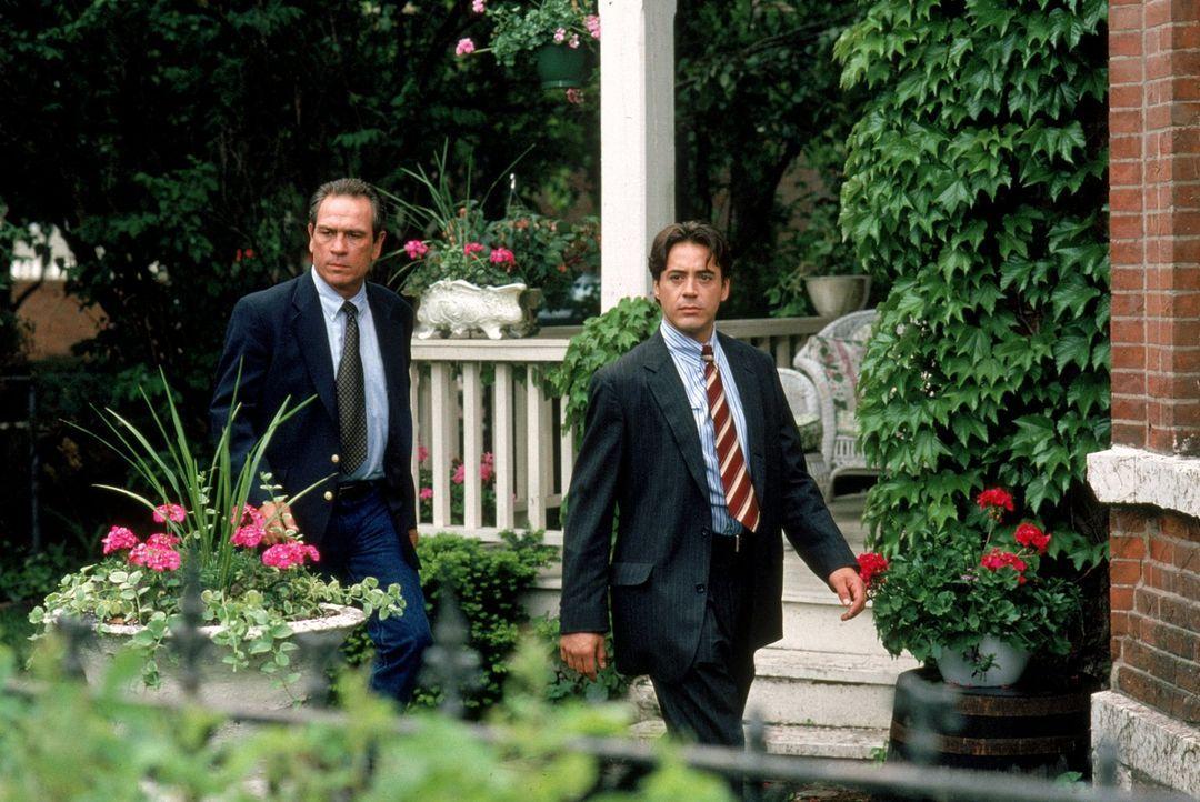 Auf der Jagd nach dem flüchtigen Verbrecher Mark Sheridan: Chief Deputy Marshall Samuel Gerard (Tommy Lee Jones, l.) und Kollege John Royce (Robert... - Bildquelle: Warner Bros.