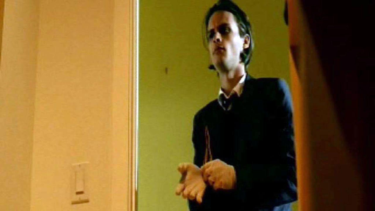 Dr. Spencer Reid (Matthew Gray Gubler) bei der Spurensuche an einem Tatort. - Bildquelle: Touchstone Television