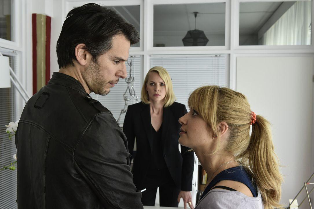 Mila (Susan Sideropoulos, r.) hofft, ihren Job zurückzubekommen, ohne dass sie und Nick (Florian Odendahl, l.) ihre Infos bekanntgeben müssen. Was w... - Bildquelle: Claudius Pflug SAT.1