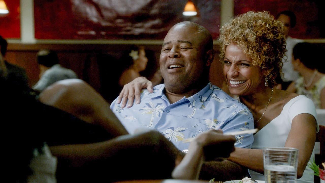 Verbringen mit Freunden einen schönen Abend - doch am nächsten Tag überschattet ein Tod das Ganze: Grover (Chi McBride, l.) und seine Frau Renee (Mi... - Bildquelle: 2015 CBS Broadcasting Inc. All Rights Reserved.