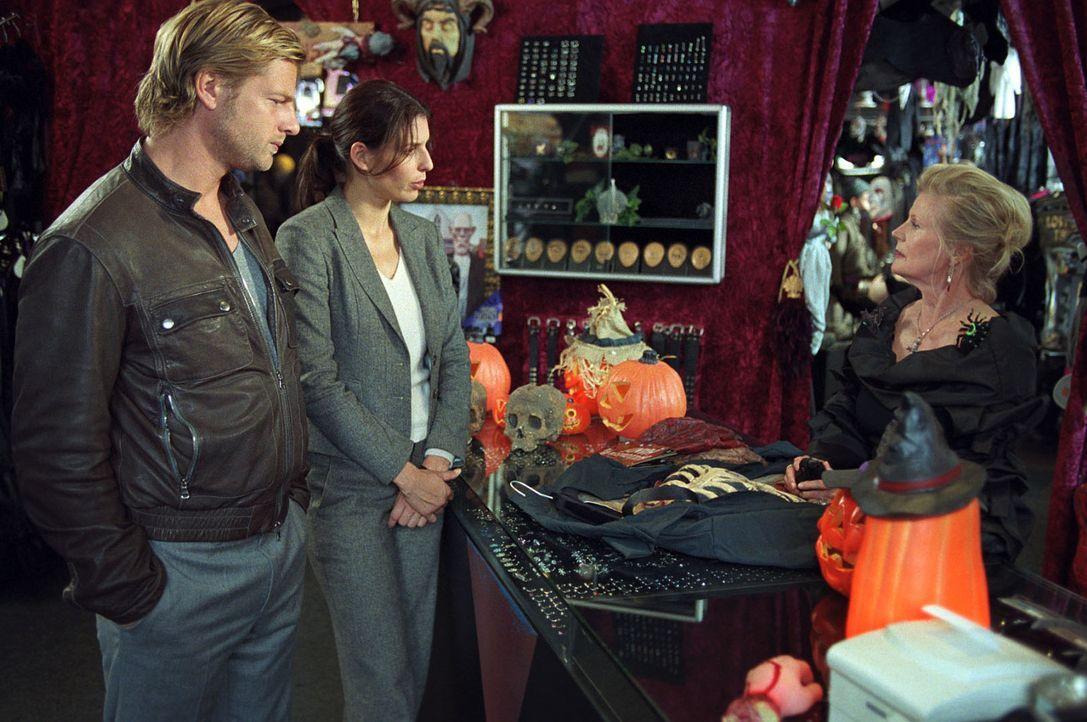 Nina (Elena Uhlig, M.) und Leo (Henning Baum, l.) stehen vor einem Rätsel: Der Ermordete, der lediglich ein kleines Gehalt als Hausmeister bezog, w... - Bildquelle: SAT.1