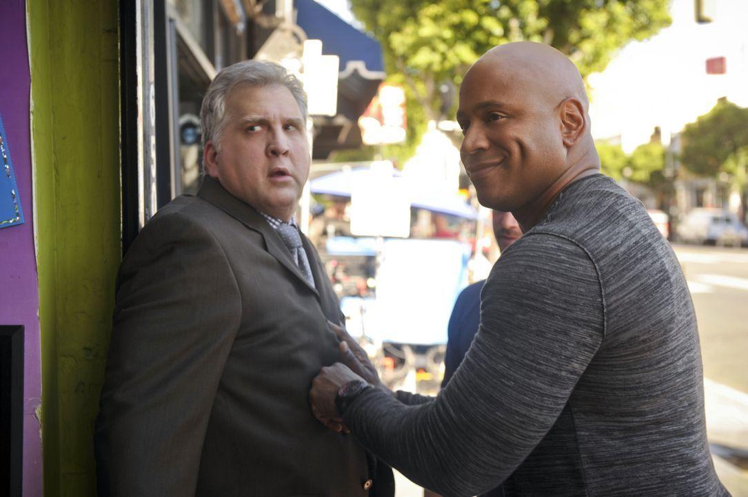 Hat Daniel Roebuck (Paul Barnes, l.) etwas mit dem aktuellen Fall zu tun? Sam (LL Cool J, r.) und seine Kollegen werden es herausfinden ... - Bildquelle: CBS Studios Inc. All Rights Reserved.