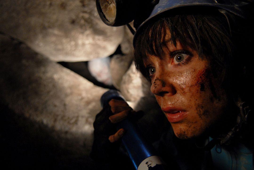 Als Teile der Höhlendecke einstürzen, wird Cathy (Anna Skellern) durch die Gesteinsmassen von den anderen isoliert und in einem Hohlraum eingeschlos... - Bildquelle: Licensed by Square One Entertainment GmbH & Co.KG