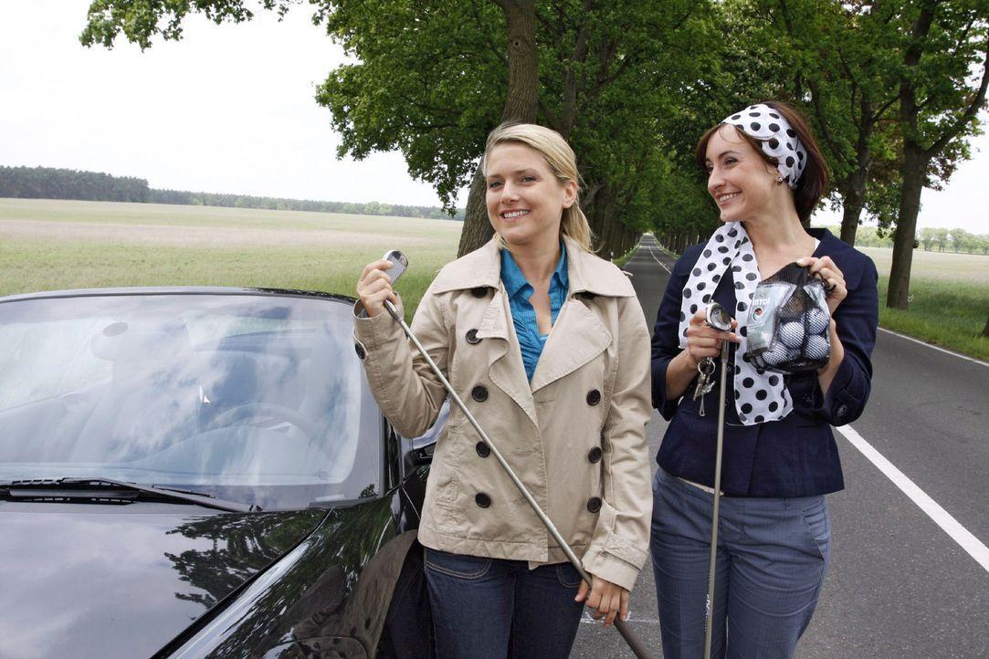 Trotz ihrer Autopanne lassen sich die Freundinnen Anna (Jeanette Biedermann, l.) und Vanessa (Maike von Bremen, r.) die Laune nicht verderben. - Bildquelle: Sat.1