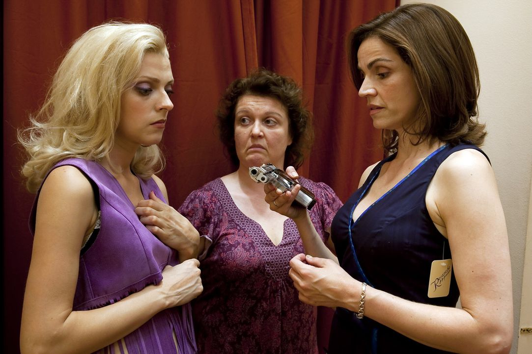 """""""Hab' ich in Helmuts Werkzeugschrank gefunden!"""" Noch können sich Moni (Rebecca Immanuel, r.) und ihre Freundinnen Nicole (Nadja Petri, l.) und Sabin... - Bildquelle: SAT.1"""