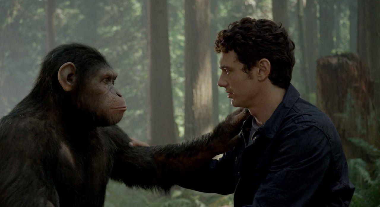 Der Aufstand hat begonnen - und Caesar und Will Rodman (James Franco, r.) müssen von nun an getrennte Wege gehen ... - Bildquelle: 2011 Twentieth Century Fox Film Corporation. All rights reserved.