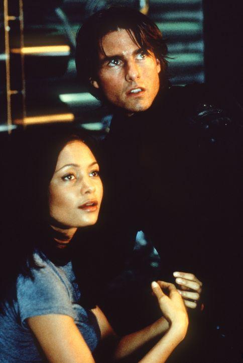 Um Nyahs (Thandie Newton, l.) Leben zu retten, riskiert Ethan (Tom Cruise, r.) Kopf und Kragen ... - Bildquelle: Paramount Pictures