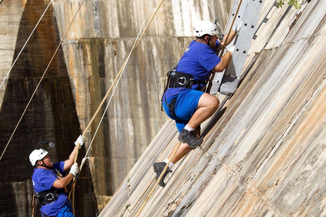 Semih (r.) und Patrick (l.) müssen eine extrem steile Challenge meistern ... - Bildquelle: Enrique Cano SAT.1