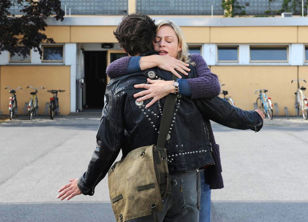 Als Ines (Susanna Simon, r.) in der Vergangenheit auf Hauke (Emil Reinke, r.) trifft, ist sie überglücklich, dass er lebt. Ihre Warnung, dass sie... - Bildquelle: SAT.1