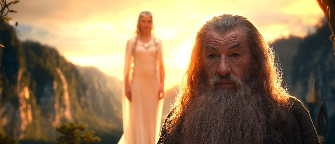 In Bruchtal trifft Gandalf (Ian McKellen, r.) auf die anderen Mitglieder des Weißen Rats, den Obersten seines Ordens und die Elbenherrin Galadriel (... - Bildquelle: 2012 METRO-GOLDWYN-MAYER PICTURES INC. AND WARNER BROS.ENTERTAINMENT INC. ALL RIGHTS RESERVED.