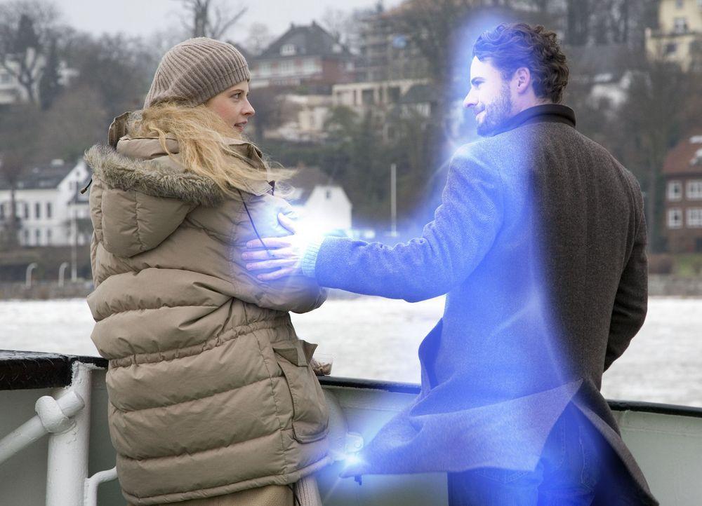 Zunächst will Jana (Diana Amft, l.) nicht wahrhaben, dass sie tiefe Gefühle für einen Geist entwickelt hat. Deshalb stößt sie Tom (Stephan Luca... - Bildquelle: Sat.1
