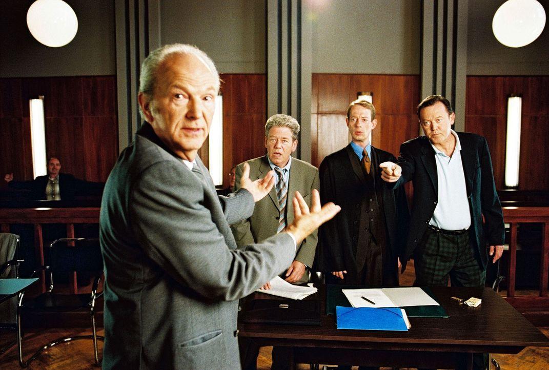 Der Buchhalter Fiebich (Michael Gwisdek, l.) bringt vor Gericht die gegnerische Seite in Aufruhr. Seine ehemaligen Chefs Jens Anselm (Dieter Okras,... - Bildquelle: Sat.1