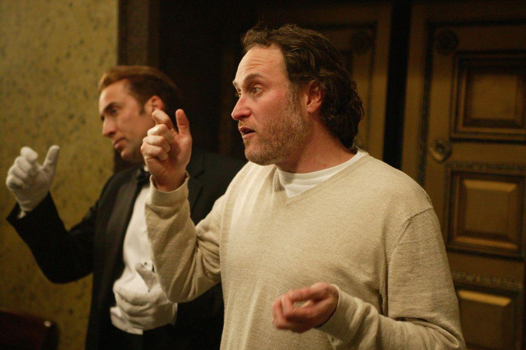 Regisseur Jon Turteltaub (r.) zeigt seinem Hauptdarsteller Nicolas Cage (l.) genau, wie er sich am Überzeugensten darstellt ... - Bildquelle: Buena Vista International.  All Rights Reserved