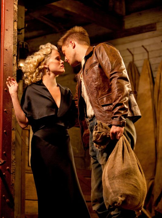 Als Jacob (Robert Pattinson, r.) bei einem Wanderzirkus anheuert, verliebt er sich sofort in die bezaubernde Marlena (Reese Witherspoon, l.). Doch d... - Bildquelle: David James 2011 Twentieth Century Fox Film Corporation. All rights reserved.