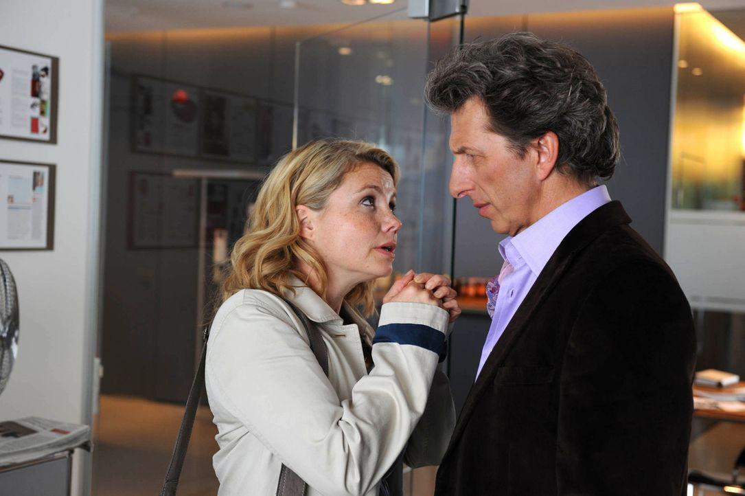 Seit dem Tode ihres Mannes konnte sich Eva (Annette Frier, l.) immer auf ihren Chef (Rufus Beck, r.) verlassen. Doch plötzlich will er eine rein se... - Bildquelle: Sat.1