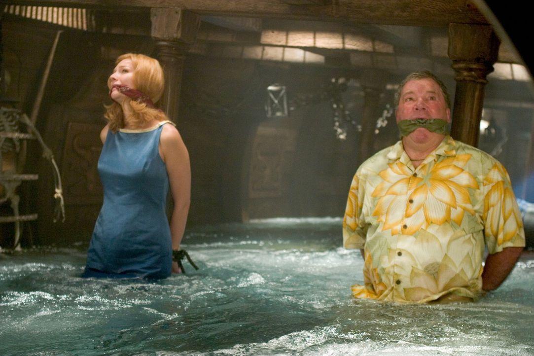 Die Miss United States Cheryl Frasier (Heather Burns, l.) und Stan Fields (William Shatner, r.) werden in Las Vegas entführt. Die Kidnapper fordern... - Bildquelle: Warner Bros. Television