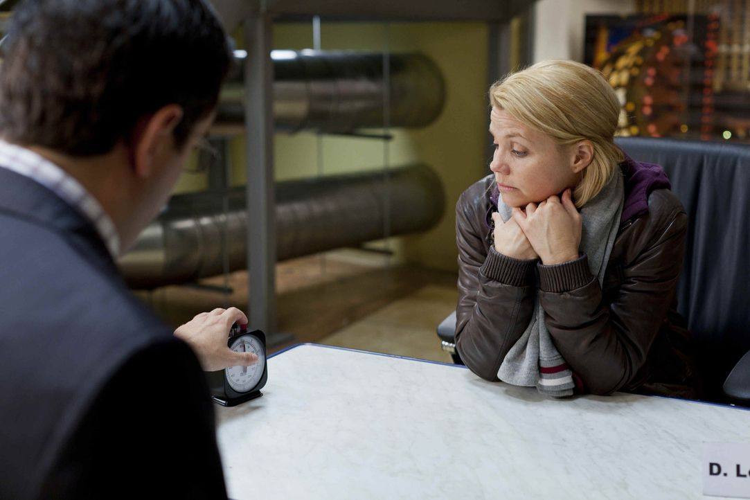 Danni (Annette Frier, r.) kann sich partout nicht zwischen Sven und Oliver entscheiden. Deshalb geben die beiden ihr einen Korb - und nun leidet sie... - Bildquelle: SAT.1