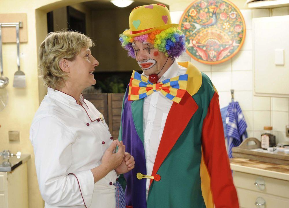 Armin (Rainer Will, r.) ist vor seinem Auftritt sehr aufgeregt. Susanne (Heike Jonca, l.) versucht ihn zu beruhigen ... - Bildquelle: Sat.1