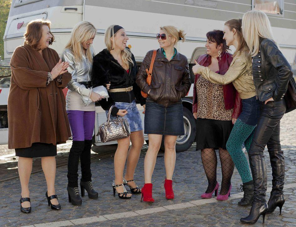 Die Stadt Köln hat den Sperrbezirk vergrößert und deshalb sollen die Prostituierte Ulla Bode (Traute Hoess, l.) und ihre Kolleginnen weichen. Doc... - Bildquelle: SAT.1