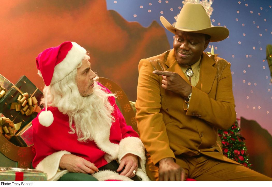 Gin (Bernie Mac, r.), der Detektiv eines Kaufhauses, findet heraus, dass der Kaufhaus Weihnachtsmann Willie (Billy Bob Thornton, l) und sein Freund... - Bildquelle: 2006 Sony Pictures Television International.