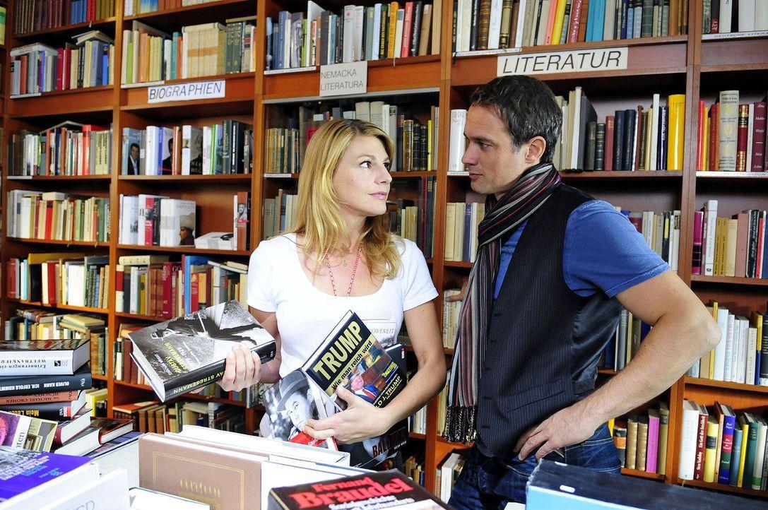 Auf der Suche nach einer Inspiration für seine Biografie trifft Martin (Ralf Bauer, r.) unverhofft auf die literaturinteressierte Claudia (Sophie S... - Bildquelle: Christiane Pausch Sat.1
