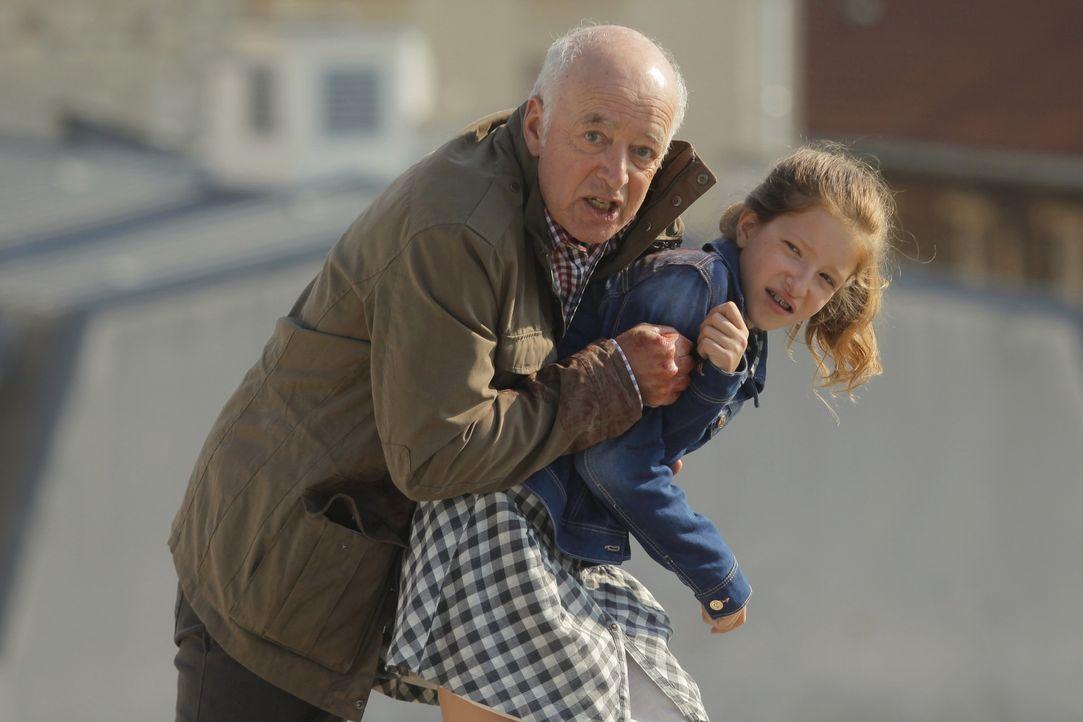 Rocher und sein Team glauben, dass Georges Vitalis (Jean-Gabriel Nordmann, l.) seine Enkelin Alice Germot (Carla Besnaïnou, r.) entführt hat, doch s... - Bildquelle: 2014 BEAUBOURG AUDIOVISUEL